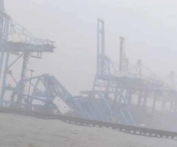 強風導致印度孟買3臺岸邊集裝箱起重機連環倒塌,2020年是否可以重來?